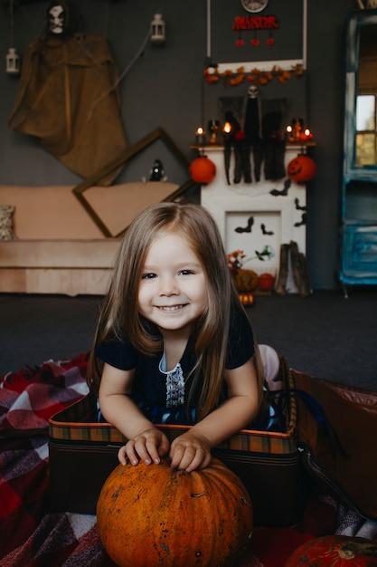 Retrato de um bebê com um close-up de abóbora. Foto Premium