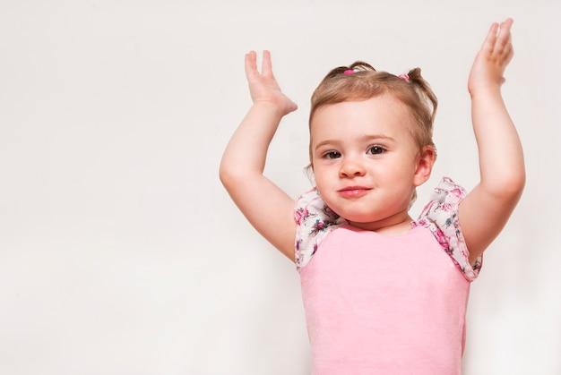 Retrato de um bebê fofo com levantar as mãos Foto Premium