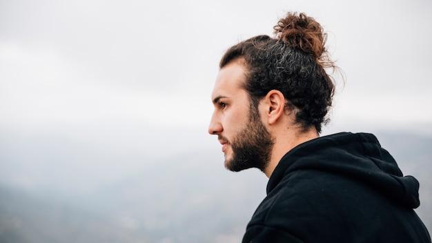 Retrato, de, um, bonito, homem jovem, olhando Foto gratuita