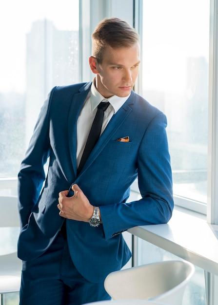 Retrato, de, um, bonito, jovem, homem negócios, em, paleto Foto gratuita