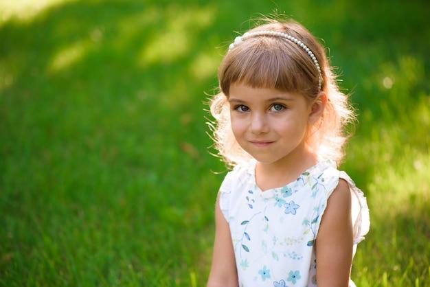 Retrato, de, um, bonito, jovem, menininha, em, verão, parque Foto Premium
