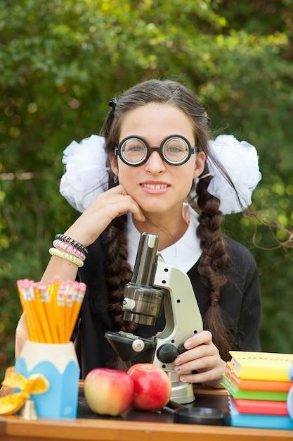Retrato, de, um, bonito, jovem, schoolgirl, sentando, em, um, escrivaninha Foto Premium
