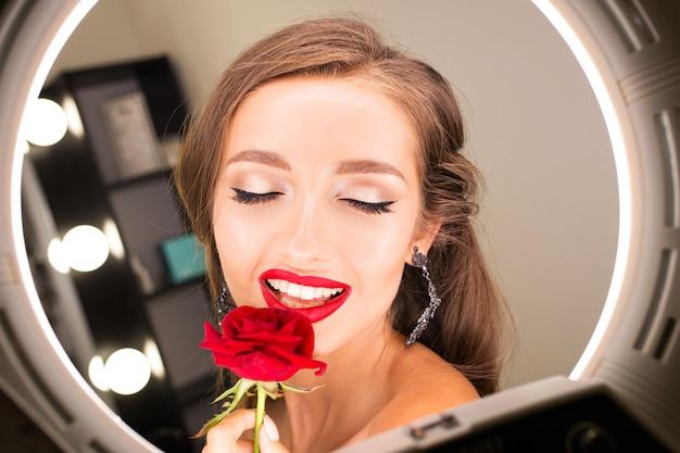Retrato, de, um, bonito, menina, com, lábios vermelhos, e, um, rosa Foto Premium