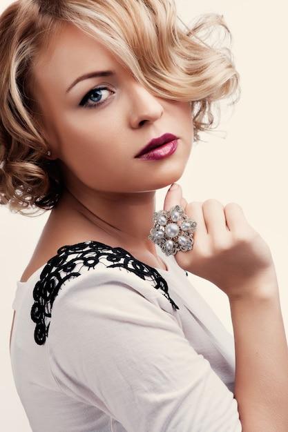 Retrato, de, um, bonito, menina, com, um, anel pérola Foto Premium