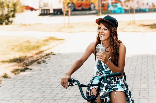 Retrato, de, um, bonito, menina jovem, em, um, chapéu, com, um, bicicleta, cidade Foto Premium