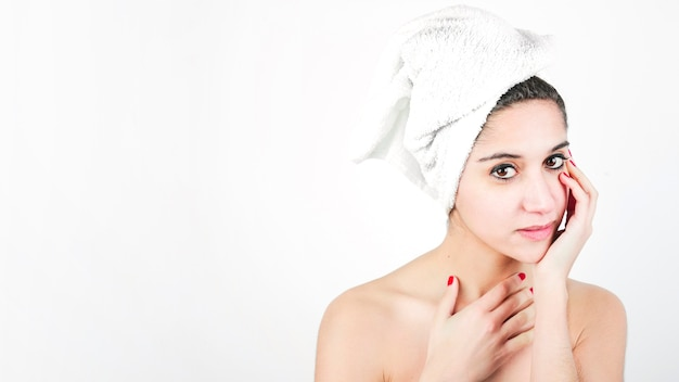 Retrato, de, um, bonito, mulher jovem, com, envolvido, toalha, ao redor, dela, cabeça Foto gratuita
