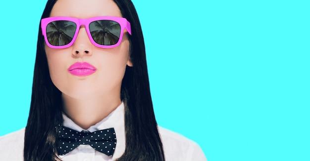 Retrato, de, um, bonito, mulher jovem, em, óculos de sol Foto Premium