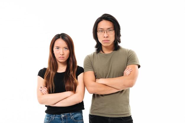 Retrato de um casal asiático chateado com raiva Foto gratuita