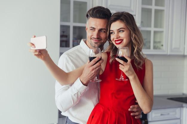Retrato de um casal vestido inteligente amoroso alegre Foto gratuita