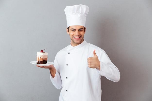 Retrato de um chef masculino sorridente, vestido de uniforme Foto gratuita