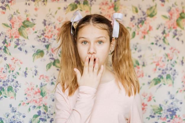 Retrato, de, um, chocado, menina, com, passe boca Foto gratuita