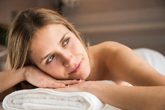 Retrato, de, um, contemplado, mulher jovem, em, spa Foto gratuita