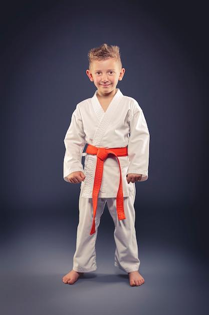 Retrato, de, um, criança sorridente, com, quimono, prática, artes marciais Foto Premium