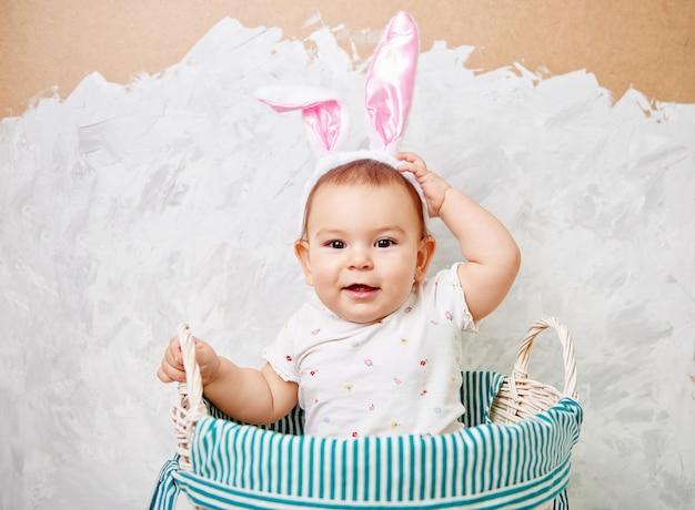 Retrato, de, um, cute, bebê, vestido, em, orelhas bunny easter, em, um, cesta, segura, ovo Foto Premium