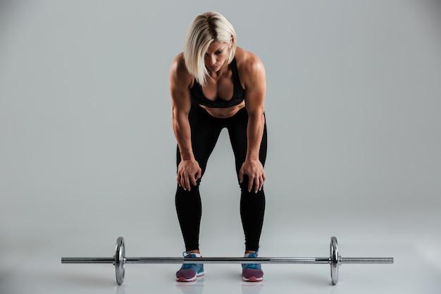 Retrato de um desportista adulto muscular focado Foto gratuita
