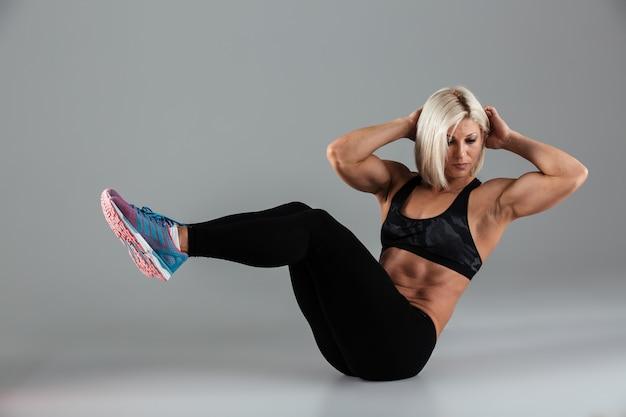 Retrato de um desportista adulto musculoso confiante Foto gratuita