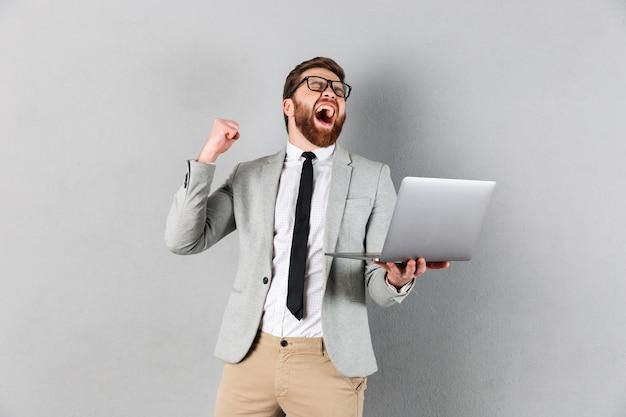 Retrato de um empresário alegre vestido de terno Foto gratuita