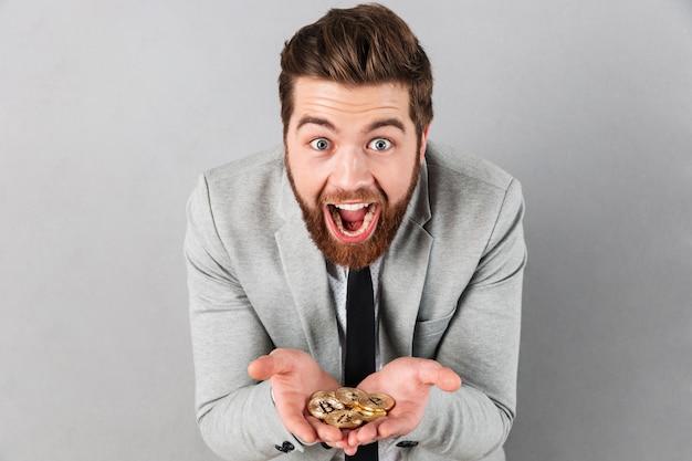 Retrato de um empresário animado Foto gratuita