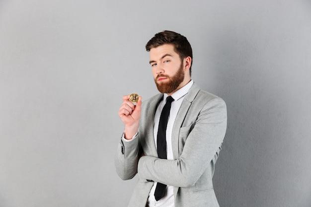Retrato de um empresário confiante, vestido de terno Foto gratuita