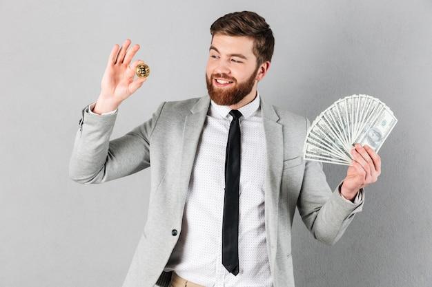 Retrato de um empresário feliz mostrando bitcoin Foto gratuita