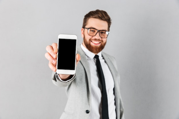 Retrato de um empresário feliz vestido de terno Foto gratuita