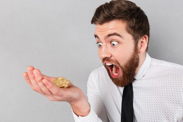Retrato de um empresário gritando Foto gratuita