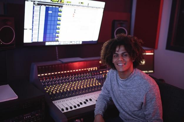Retrato de um engenheiro de áudio sorridente Foto gratuita