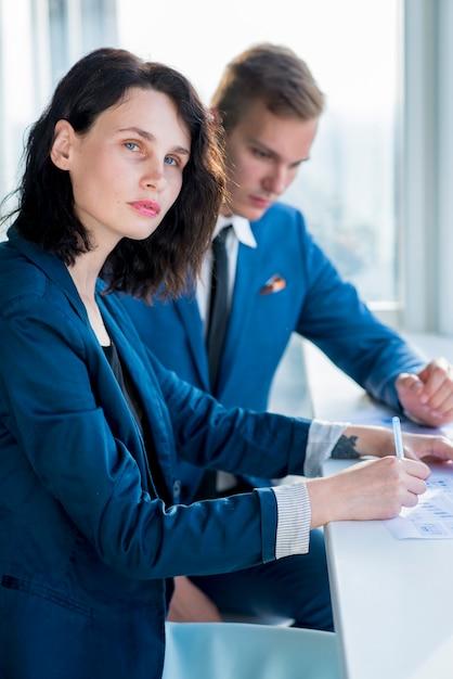 Retrato, de, um, executiva, sentando, com, dela, colega masculina, em, escritório Foto gratuita