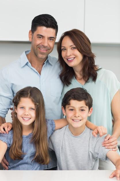 Retrato, de, um, feliz, família quatro, cozinha Foto Premium