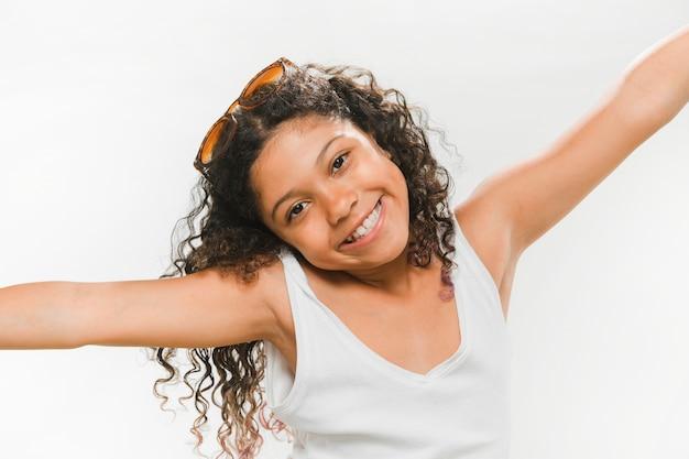 Retrato, de, um, feliz, menina, com, braços esticados Foto gratuita