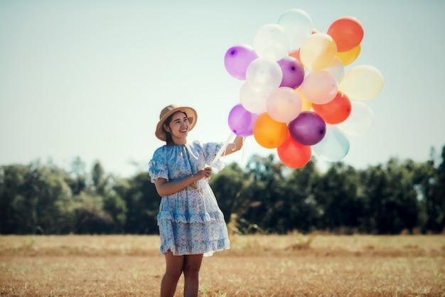 Retrato, de, um, feliz, mulher jovem Foto gratuita
