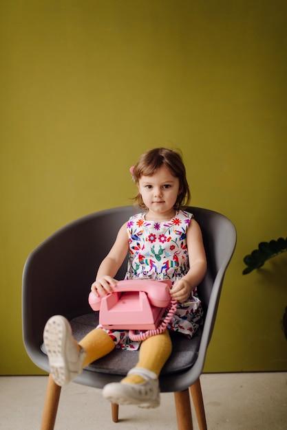 Retrato, de, um, feliz, rir, criança, gir Foto gratuita