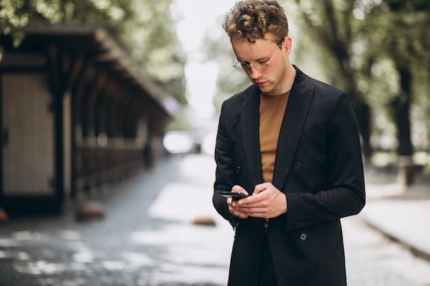 Retrato, de, um, hansome, homem fala, telefone Foto gratuita