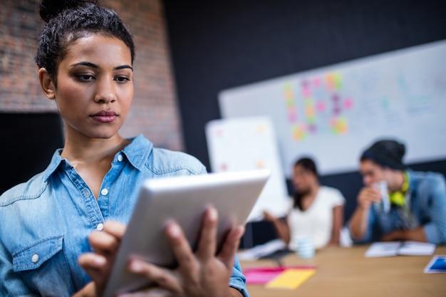 Retrato de um hipster usando um computador tablet Foto Premium
