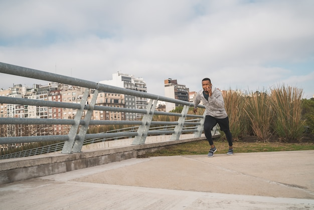 Retrato de um homem atlético correndo. Foto gratuita