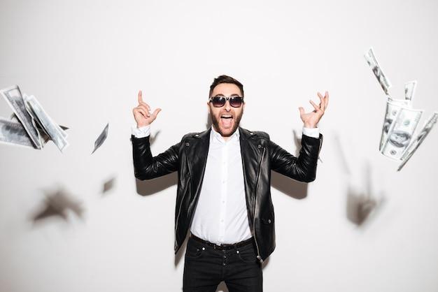 Retrato de um homem barbudo alegre comemorando sucesso Foto gratuita