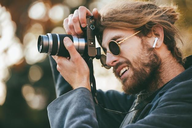 Retrato de um homem barbudo concentrado Foto gratuita