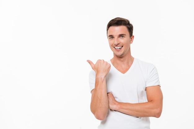 Retrato de um homem bonito alegre em uma camisa branca Foto gratuita