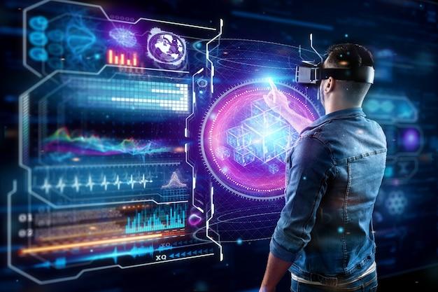 Retrato de um homem com óculos de realidade virtual, vr, interage com uma tela virtual. Foto Premium