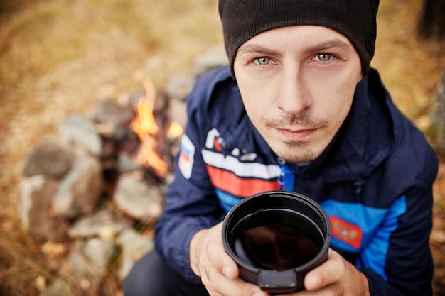 Retrato, de, um, homem, com, um, assalte, chá quente, em, seu, mãos Foto Premium