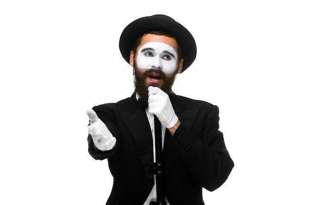 Retrato de um homem como mímico com tubo ou microfone estilo retro Foto gratuita