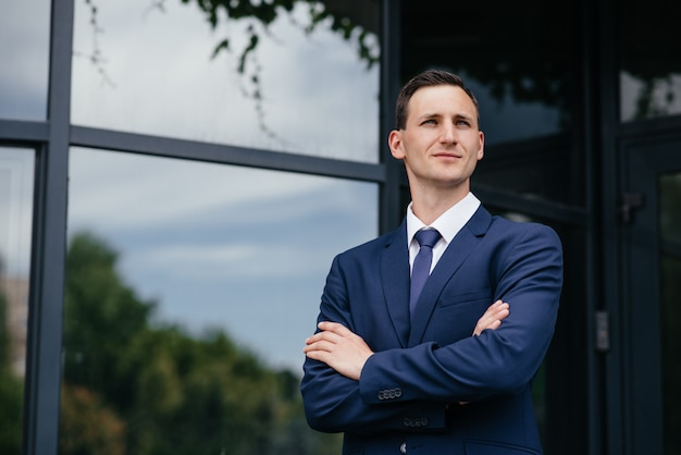 Retrato de um homem de negócios bonita de terno azul. Foto Premium
