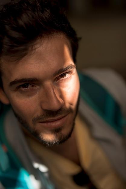 Retrato, de, um, homem, em, sombra, com, luz, vislumbre Foto gratuita