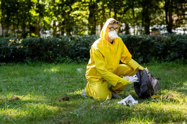 Retrato de um homem em um traje de proteção amarelo e máscara. Foto Premium