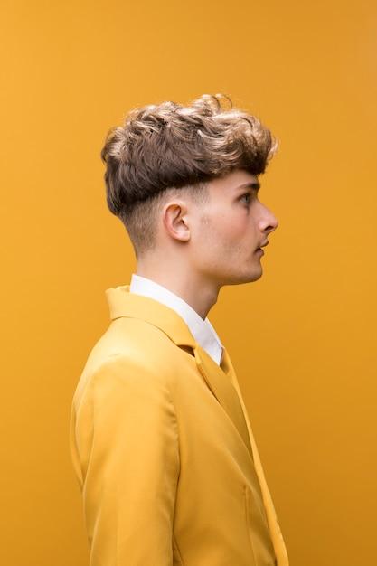 Retrato, de, um, homem jovem, em, um, amarela, cena Foto gratuita