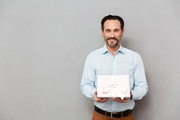 Retrato de um homem maduro sorridente vestido de camisa Foto Premium