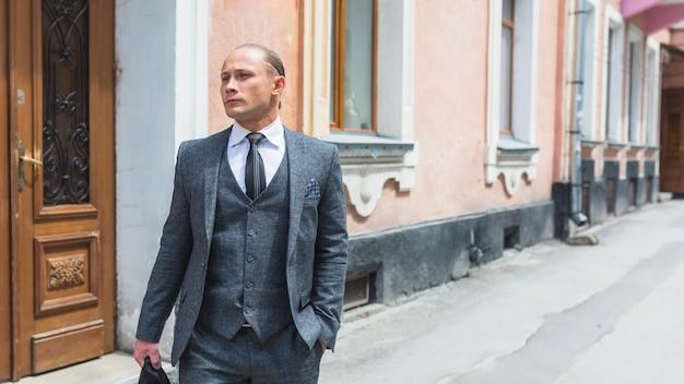 Retrato, de, um, homem negócios, em, paleto, ficar, ligado, rua Foto gratuita