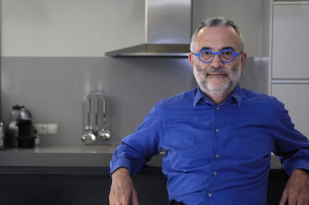 Retrato, de, um, homem, posar, casa Foto Premium