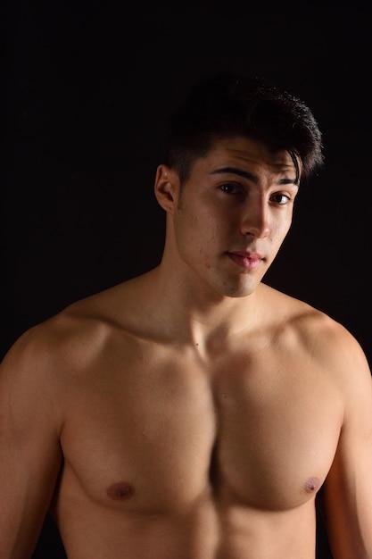 Retrato de um homem sem roupa fundo preto Foto Premium