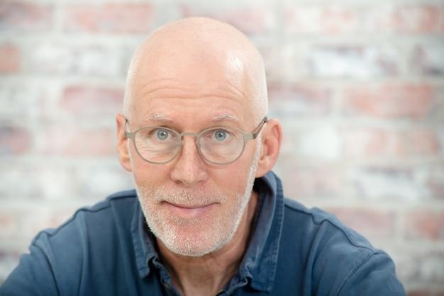 Retrato, de, um, homem sênior, com, barba, e, óculos Foto Premium